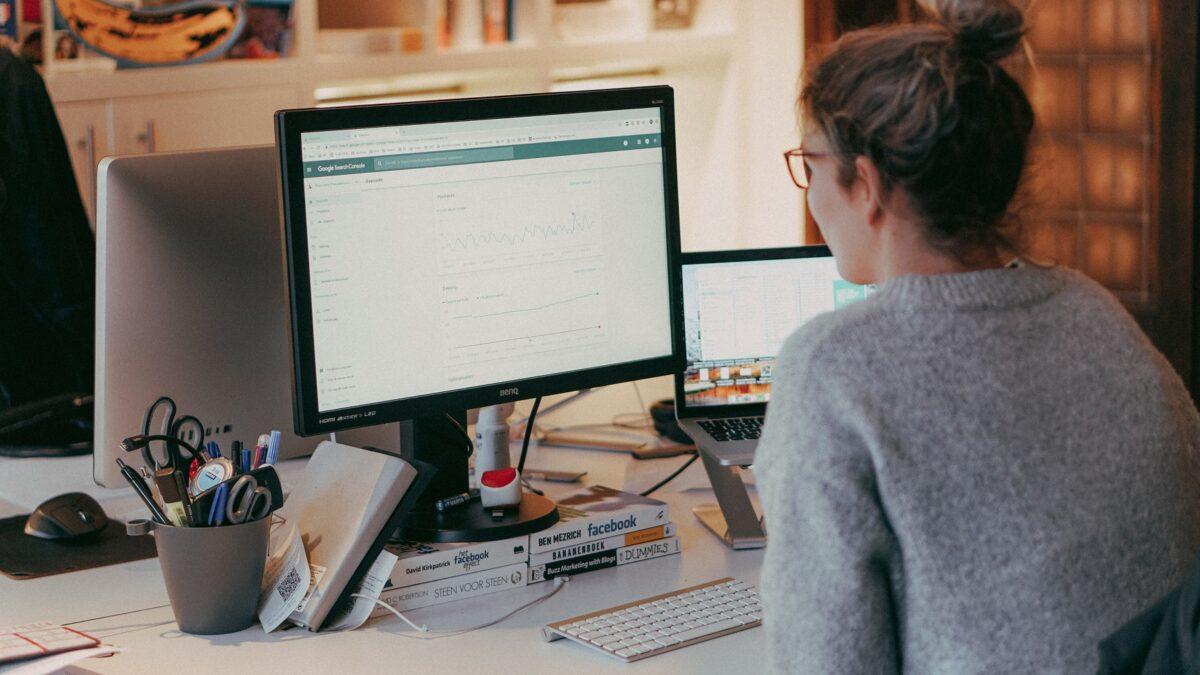 Brett bekijkt data in Google Search Console tijdens een zoekwoordenonderzoek