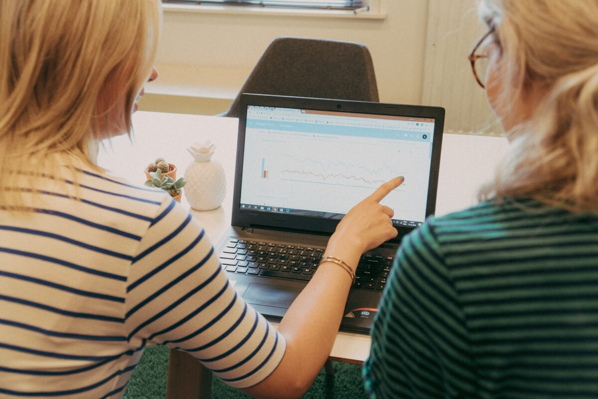 Brett en Chloë zijn bezig met het uitvoeren van een zoekwoordenonderzoek en bekijken Google Trends